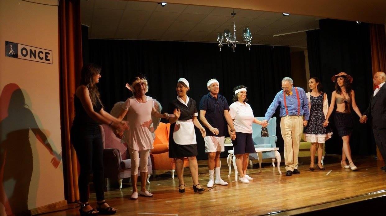 Los actores de la Perserverancia saludan al púbico cogidos de la mano tras su representación