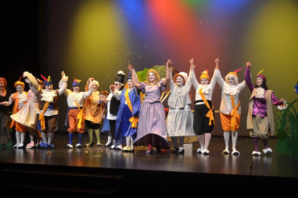 Los componentes de Jacaranda11 elevan sus manos para saludar al públicoras la interpretación de 'El burgués gentil hombre'
