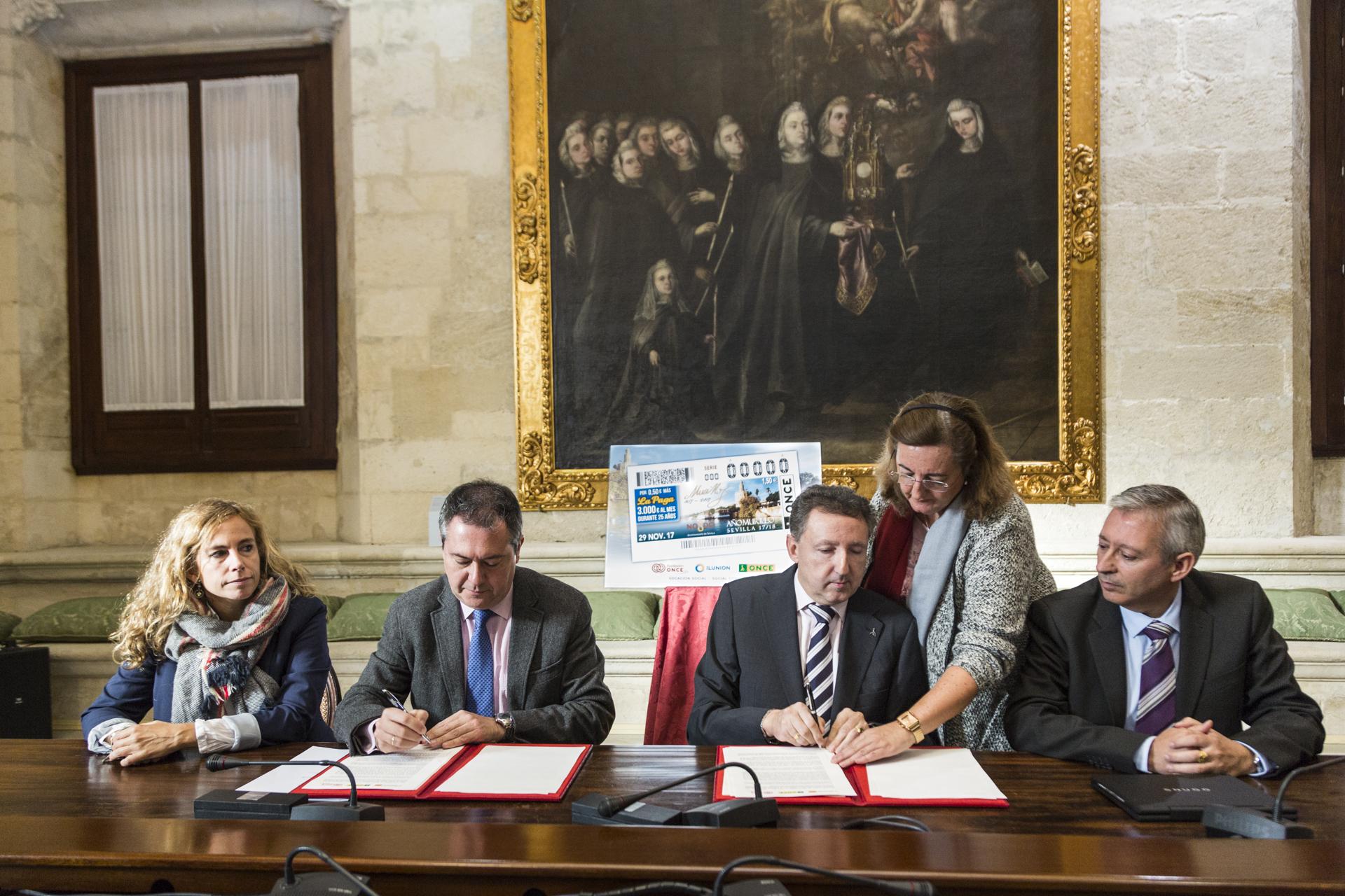 Juan Espadas y Cristóbal Martínez firman el convenio en la Sala de Gobierno del Ayuntamiento de Sevilla