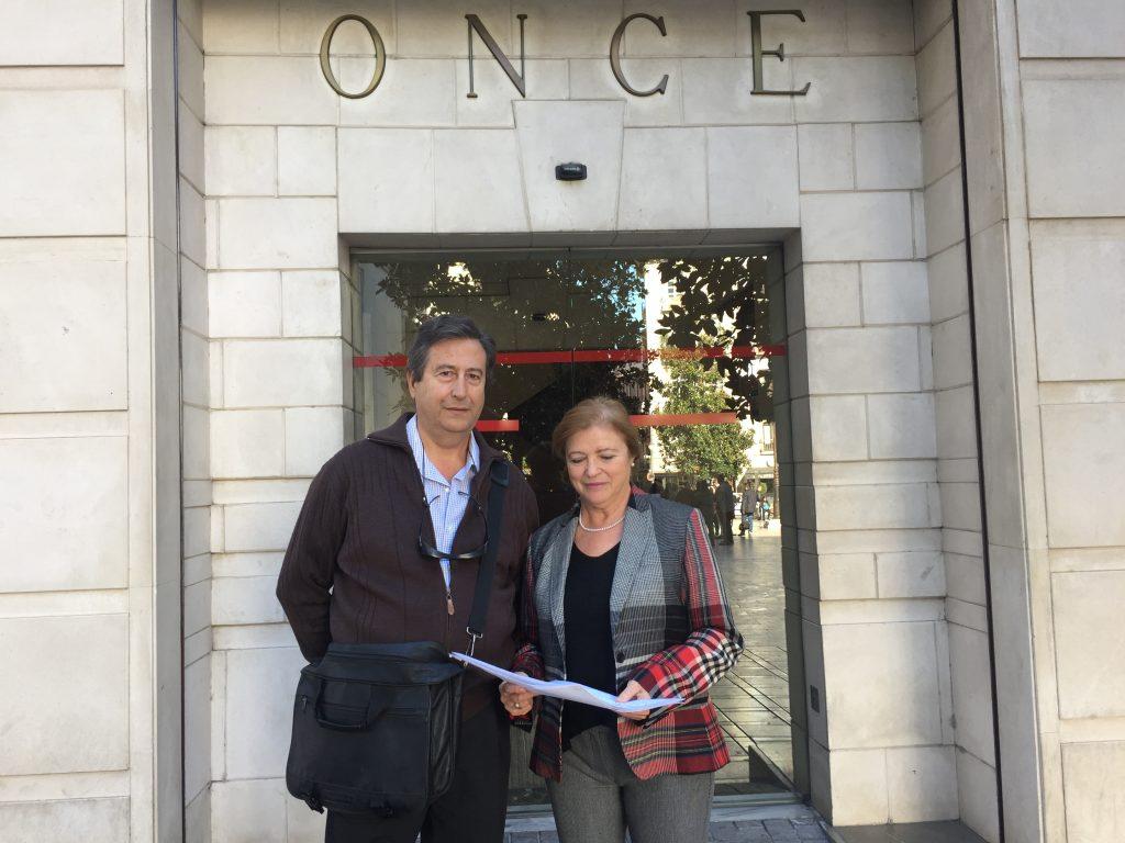 Los ganadores del Concurso de Relatos Cortos y Poesía a las puertas de la sede de la ONCE en Granada