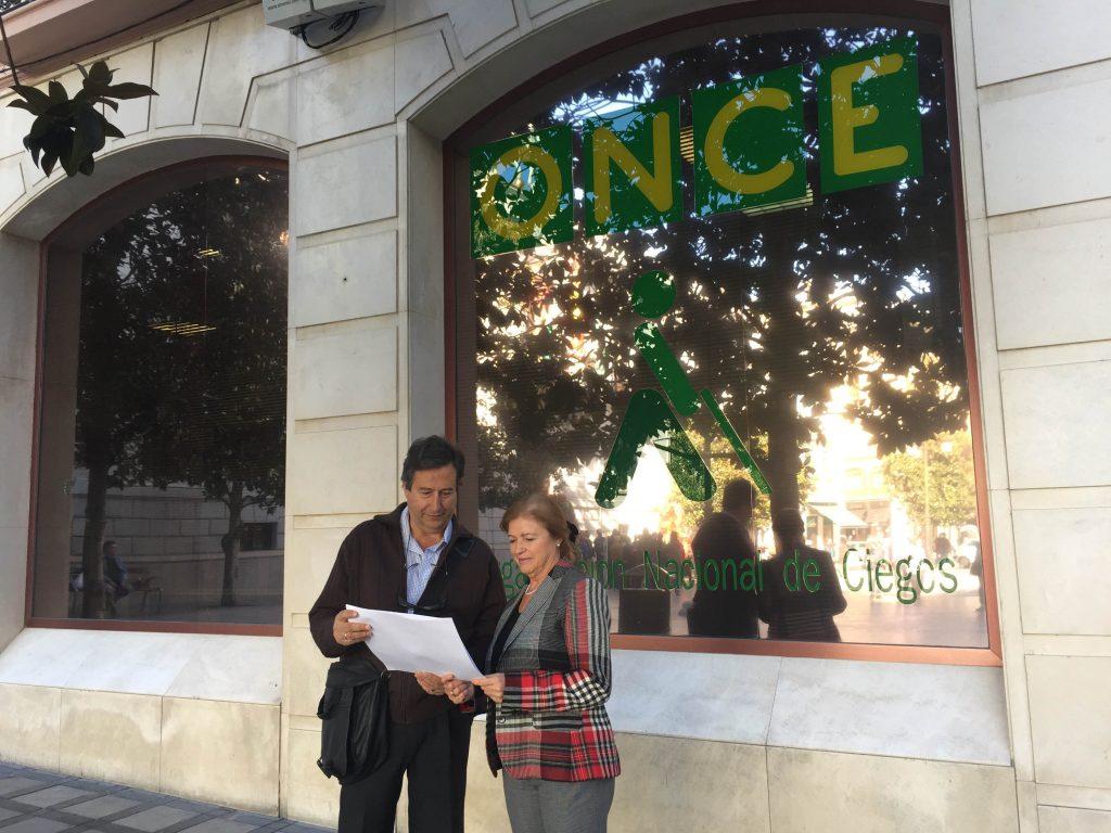 Concepción Herrera y Rafael Salguero con un texto en braille en sus manos