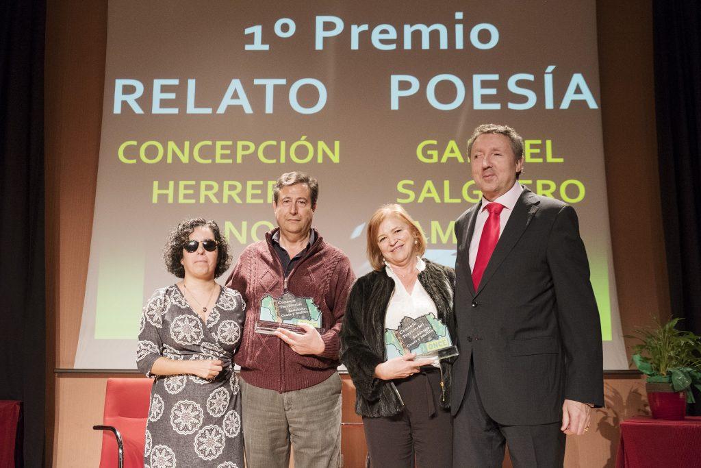 Concepción Herrera y Gabriel Salguero tras recibir el premio de manos de Isabel Viruet y Cristóbal Martínez | Foto: Pepo Herrera