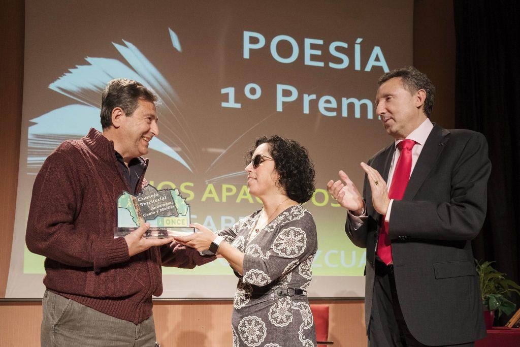 Salguero en el momento de recibir el primer premio de Poesía del Concurso de Relatos Cortos de manos de la presidenta del Consejo Territorial, Isabel Viruet