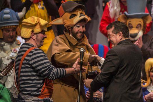 El director general de la ONCE, Ángel Sánchez, entrega el primer premio del Fermín Salvochea 2018 al Coro de Valdés