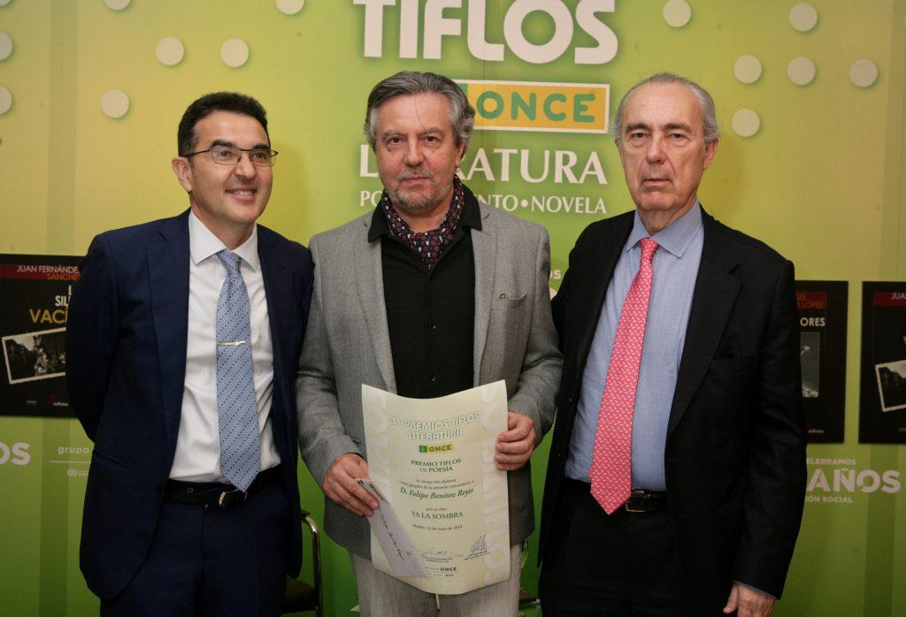 El director general adjunto de Servicios Sociales de la ONCE, Andrés Ramos, entrega el premio a Felipe Benítez Reyes