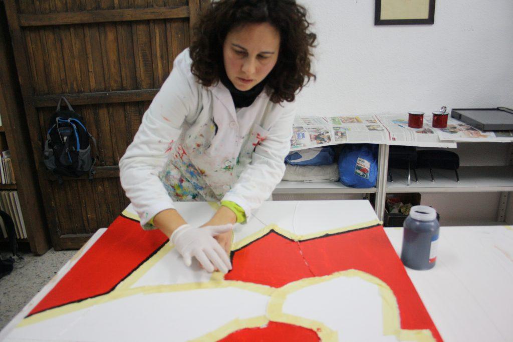 María José Maldonado pintando uno de sus cuadros