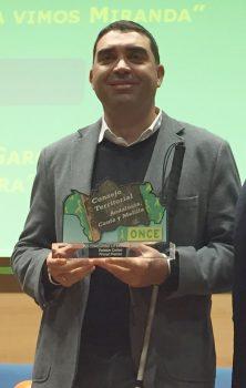 Enrique Pérez recibiendo el premio de Relatos Cortos 2018 de la ONCE