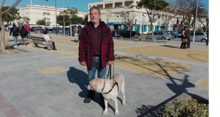 Cuder con su perro guía Tuno en Sevilla