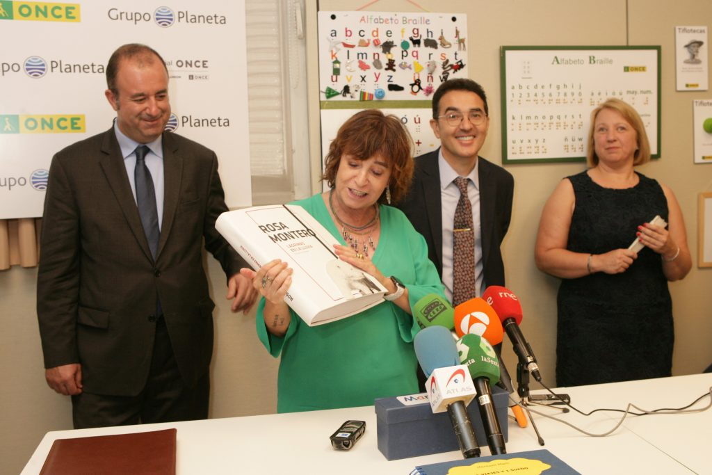 Rosa Montero recibe una obra suya en braille