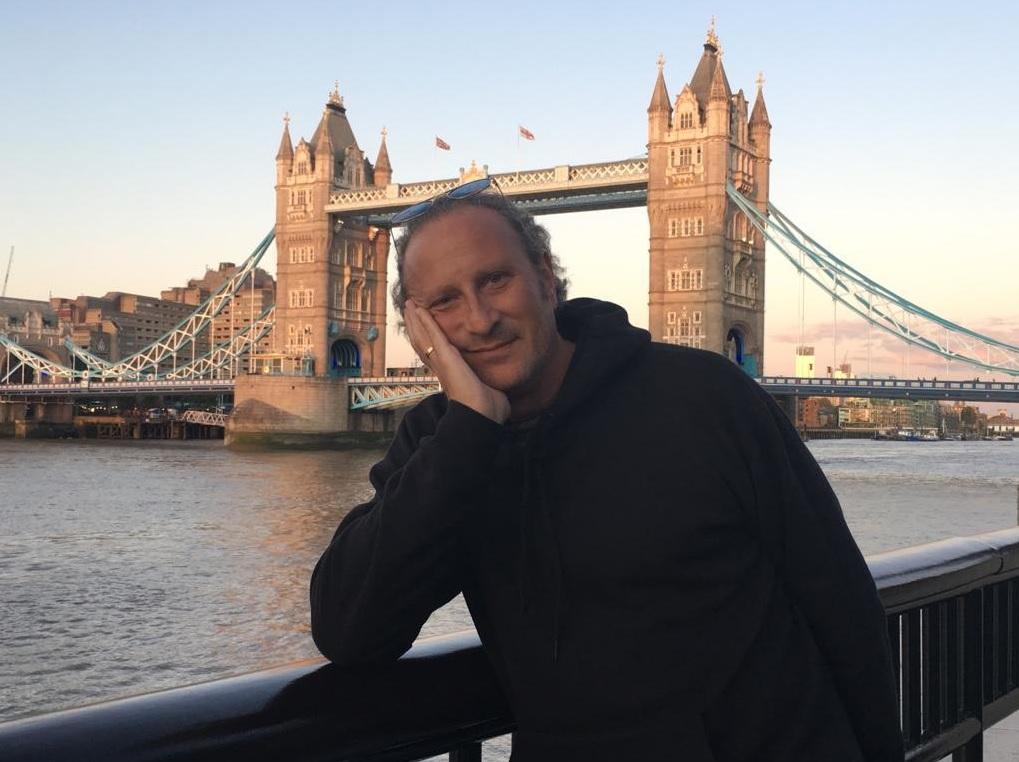 Josema Gómez frente al Puente de Londres, donde se guardan las joyas de la Corona británica