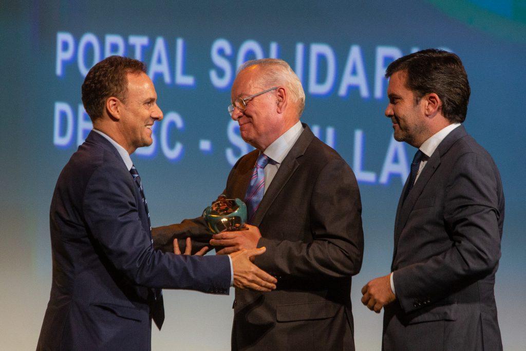 El director de ABC Sevilla, Alvaro Ybarra recibe el premio de medio de comunicación junto al director de La Voz de Cádiz, Ignacio Moreno