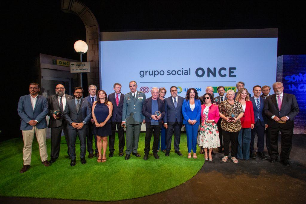 Foto de familia de premiados y autoridades en el escenario del Falla tras la Gala