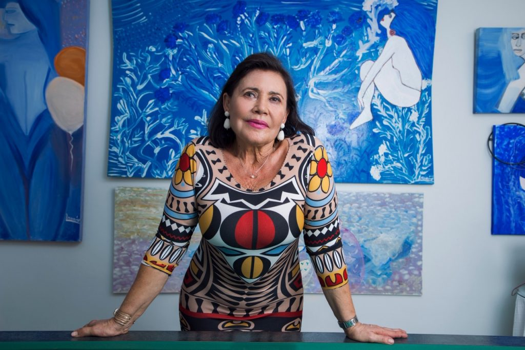 Lola Morón posa con sus obras impresionistas de fondo | Reportaje gráfico: Jesús Martín Molín