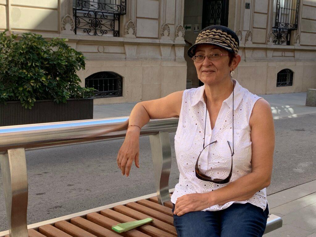 Ángeles Lozano junto a la sede de la Diputación de Almería donde expondrá por primera vez sus cuadros al público en la Semana de la ONCE